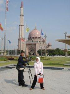 Cewek pink di Masjid pink
