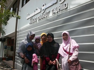 Di depan Masjid Daarut Tauhid Bandung