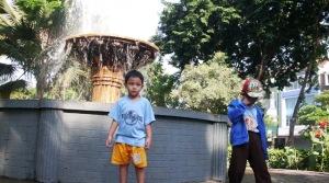 Taman Lansia di Jalan Raya Gubeng Surabaya (seberang toko busana muslim Shafira)