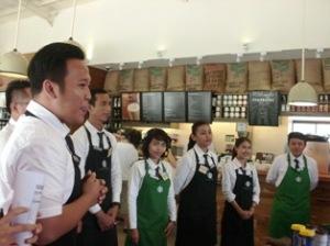 Zendy (paling kiri) lagi jelasin ritual ngopi-ngopi cantik di Starbucks