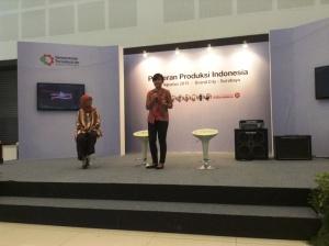 Nilam Sari (berdiri) cerita seputar bisnis Kebab Baba Rafi