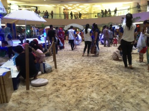 Lihaaaat... pasir putihnya manggiiil banget!