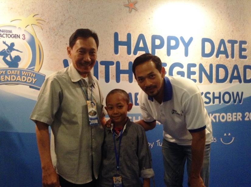 Foto bareng Sidqi, bapaknya dan Oka Antara